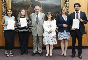 Estudiantes de Doctorado PUCV reciben certificado de Cambridge English Advance